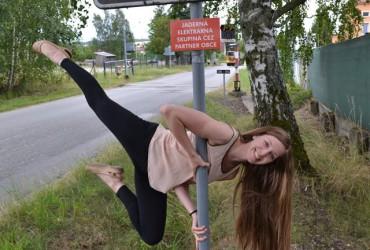 Co dělá ta holka na dopravní značce?