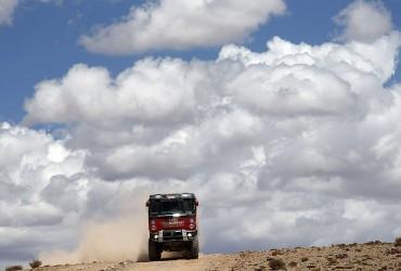 Na Dakaru přišly první duny, Pascal bojoval s pneumatikou
