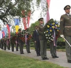 FOTOGALERIE: Terezínská tryzna, desítky věnců a tisíce přihlížejících