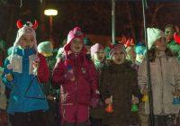 Vánoční strom v areálu Podřipské nemocnice svítí letos už počtvrté